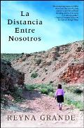 La Distancia Entre Nosotros = The Distance Between Us (Atria Espanol)