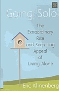 Going Solo: The Extraordinary Rise and Surprising Appeal of Living Alone (Large Print) (Center Point Platinum Nonfiction)